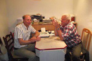 Steffen Wäldrich (links) und Hubert Rein bereiten gemeinsam die Oldtimer-Schau vor.